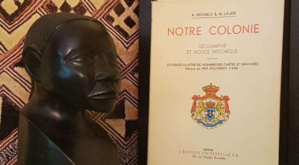 Statue d'ébène et livre ancien du Congo Belge